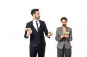 obchodník držící dolary a při pohledu na podnikatelku s lepicí páskou na ústech izolované na bílé, nerovnost pohlaví koncept