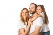 šťastná rodina v bílých tričkách objímající izolované na bílém