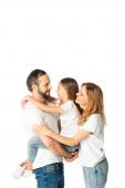 Lächelnde Familie in weißen T-Shirts, die sich isoliert auf Weiß umarmt