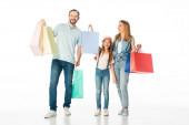 šťastná rodina s barevné nákupní tašky izolované na bílém
