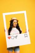 šokované brunetky dívka v létě outfit pózování v rámci sociální sítě na žlutém pozadí