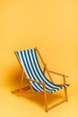 csíkos kék és fehér nyugágy sárga fénymásolási hellyel