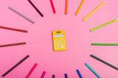 felső nézet a számológép által keretezett színes filctollak rózsaszín