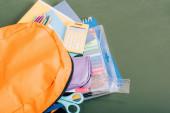 magas szög kilátás sárga hátizsák iskolai kellékek zöld táblán