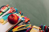 szelektív fókusz ízletes alma könyv közelében iskolai kellékek, nagy látószögű kilátás