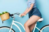 oříznutý pohled na mladou ženu na kole