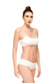 Frau mit perfektem Körper in Höschen und Top stehend isoliert auf weiß