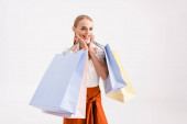elegáns vidám nő bevásárló táskák elszigetelt fehér