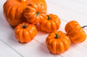 Photo decorative pumpkins on white wooden background