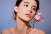 fiatal nő gazdaság virágok polietilén és elszigetelt szürke, ökológia koncepció