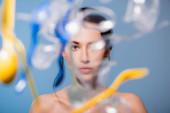 szelektív fókusz meztelen nő közelében alá műanyag csésze, kanál és villa a kék, ökológia koncepció