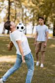 szelektív fókusz apa focizni tizenéves fiú