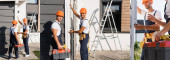 Collage von Bauarbeitern mit Wasserwaage an Hausfassade