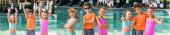 Collage von lockigen Jungen und Mädchen in Badeanzügen, die Hände in der Luft, die Arme verschränkt, Daumen hoch am Pool, Panoramaaufnahme