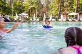 selektivní zaměření chlapce a dvou dívek baví v bazénu