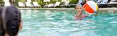 Rückansicht eines Kindes in der Nähe eines Mädchens mit aufblasbarem Ball im Schwimmbad, Panoramakonzept