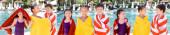 Collage von Freunden, die sich in bunte Frotteehandtücher einwickeln, in der Nähe des Swimmingpools, Panoramaaufnahme