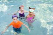 Blick aus der Vogelperspektive auf Jungen und Mädchen in Badebekleidung, die Zeit im Pool verbringen