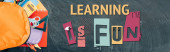 horizontální obrázek batohu s pestrobarevnými školními potřebami na černé tabuli s učením je zábavné písmo, horní pohled