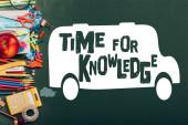 shora pohled na zralé jablko, kalkulačku a školní celiny na zelené tabuli s časem na znalostní písmo a školní autobus ilustrace