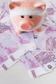 Vysoký úhel pohledu na prasátko banky s obvazem na peníze