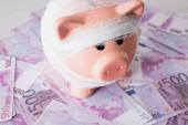 Selektivní zaměření prasečí banky s obvazem na peníze