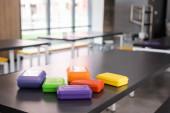 Bunte Plastik-Brotdosen auf dem Tisch in der Schulmensa