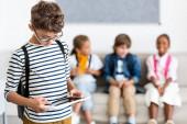 Selektivní zaměření školáka pomocí digitálního tabletu ve třídě