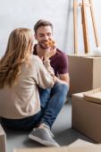mladá žena krmení potěšený přítel s pizzou v blízkosti boxy