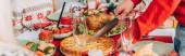 Záhlaví stránky muže s řezným koláčem na slavnostním stole s díkůvzdáním bistro
