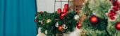 Webové stránky záhlaví borovicových větví zdobené ozdoby a svíčky