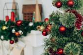 Szelektív fókusz fenyő ágak karácsonyi labdák közelében díszített kandalló