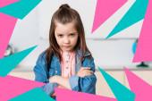 Komoly iskolás lány keresztbe tett karokkal nézi kamera közelében színes háromszögek illusztráció