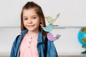 Školačka s batohem při pohledu na kameru v blízkosti ptáků ilustrace