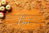 felső nézet érett alma és őszi lombozat közelében október szerelem felirat fából készült háttér