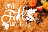 vrchol pohled na podzimní dekorace a jídlo na zlaté listy v blízkosti i love podzim nejvíce ze všech nápisů na dřevěném pozadí