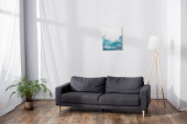 puha kényelmes kanapé a nappaliban, cserepes növény közelében