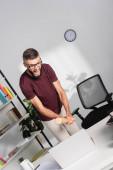 Stres podnikatel bití notebook s baseballovou pálkou na kancelářském stole