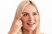 Pozitivní blondýny žena drží kontaktní čočky izolované na bílém