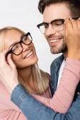 Fiatal pár mosolyogva egymásra, miközben megérintik szemüveg elszigetelt szürke