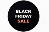 Horní pohled na černý pátek prodej nápisy na černém kruhu na bílém pozadí