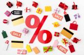 Horní pohled na procenta znamení s kreditními kartami a hračky nákupní tašky na bílém pozadí