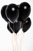 Dekoratív fekete léggömbök húrokon elszigetelt fehér