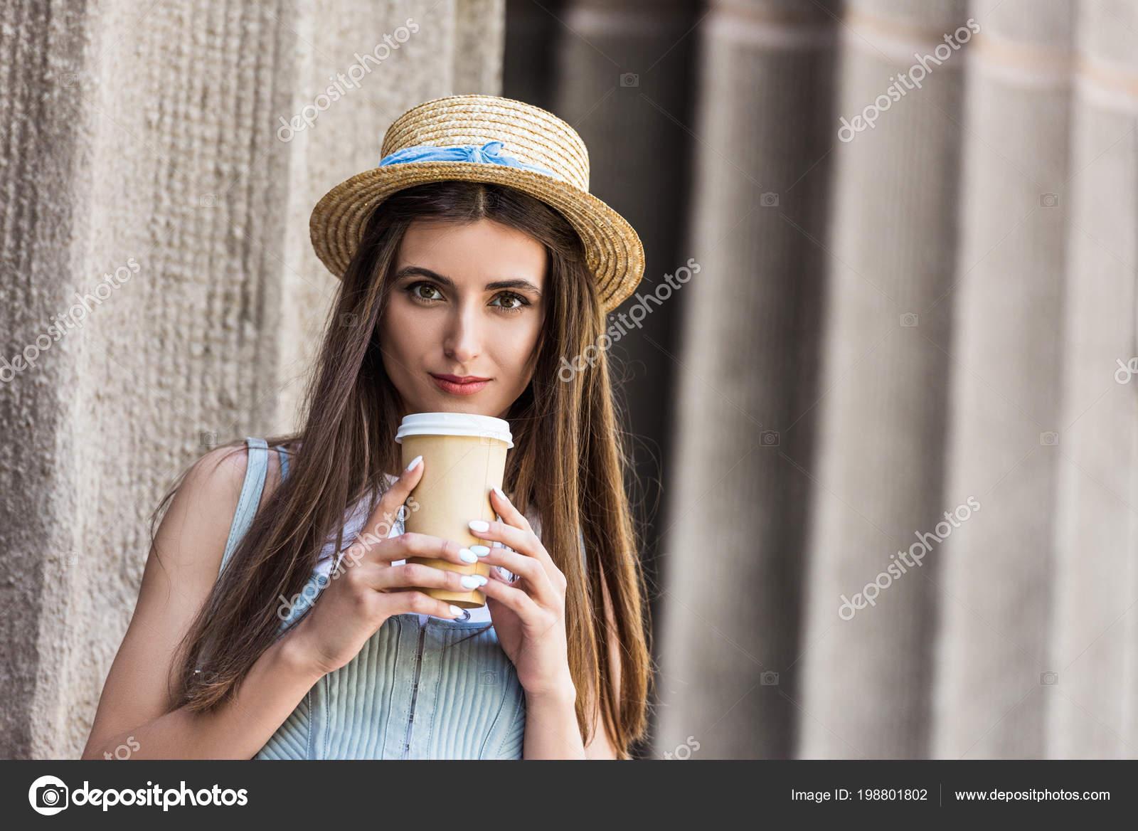 Retrato Joven Mujer Bonita Sombrero Paja Con Café Para Calle — Foto de Stock a49879a31e4