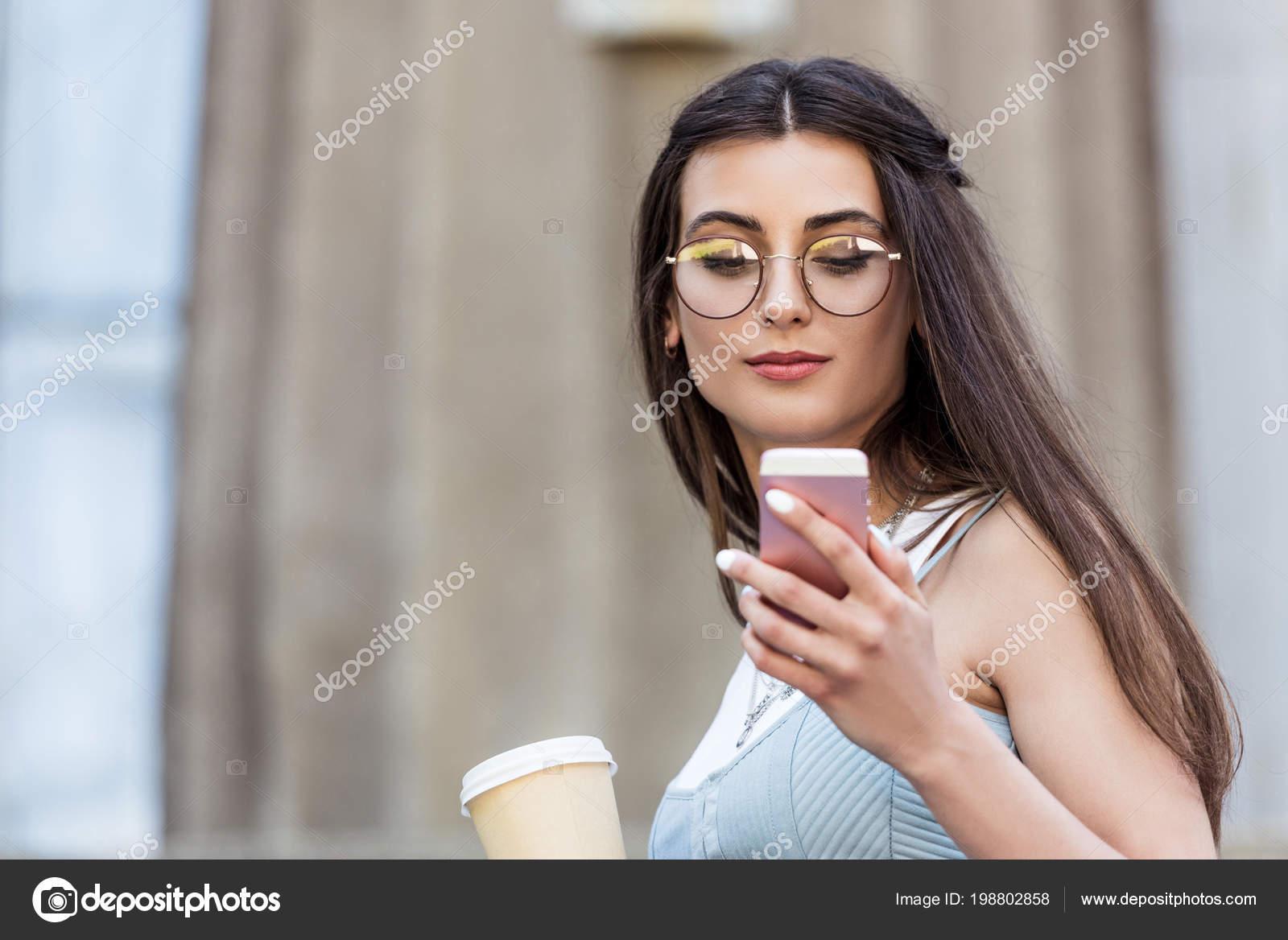 e59f289d8c Retrato Joven Mujer Lentes Con Café Para Utilizando Smartphone Calle — Foto  de Stock