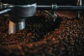 Pörkölés, és a keverés eljárást henger hagyományos kávé pecsenyesütő