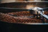 Pražení kávy pražírna válec a míchání kávová zrna