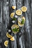Fotografia vista superiore del mojito cocktail in bicchieri e ingredienti freschi sulla tavola di legno