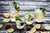 Nahaufnahme von Gläsern mit frischen kalten Sommer-Cocktails auf Holztisch