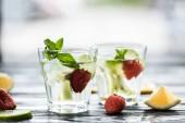 Nahaufnahme von Gläsern mit leckeren kalten Sommer-cocktail